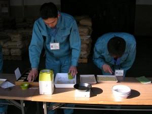 収穫された大豆の検査